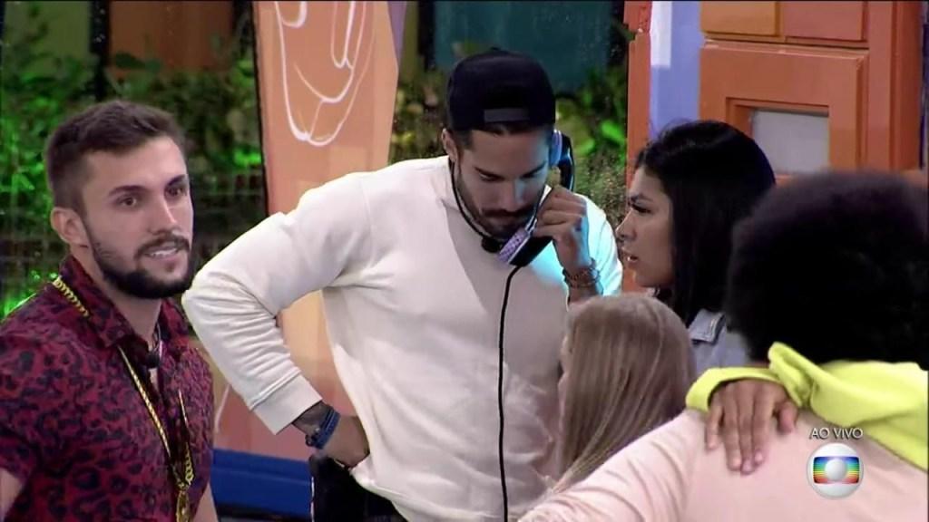 Arcrebiano atende o Big Fone 1024x576 - BBB 21: Arcrebiano atende Big Fone, imuniza Juliette e indica Thaís ao paredão