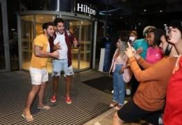 Após ser eliminado do 'BBB 21', Arcrebiano é tietado por fãs na porta de hotel