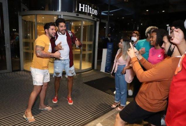 Capturar.JPGj  - Após ser eliminado do 'BBB 21', Arcrebiano é tietado por fãs na porta de hotel