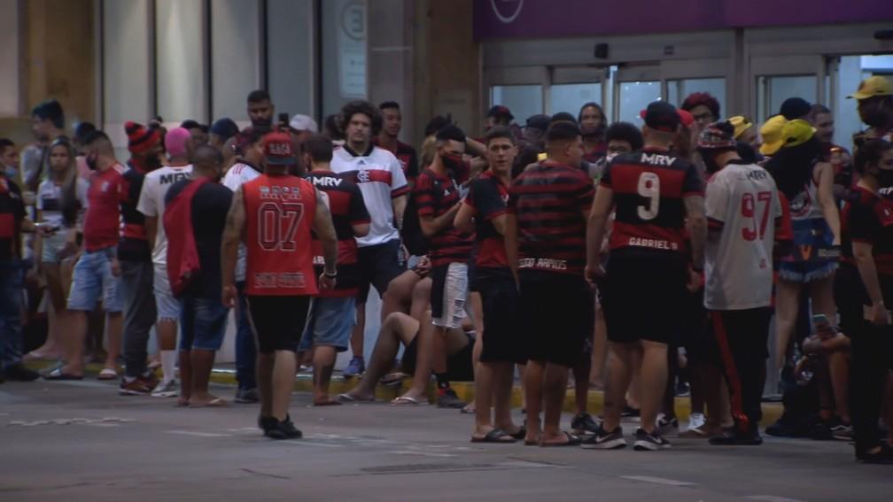 aglomeração - Torcedores do Flamengo comemoram aglomerados e sem máscara - Veja fotos
