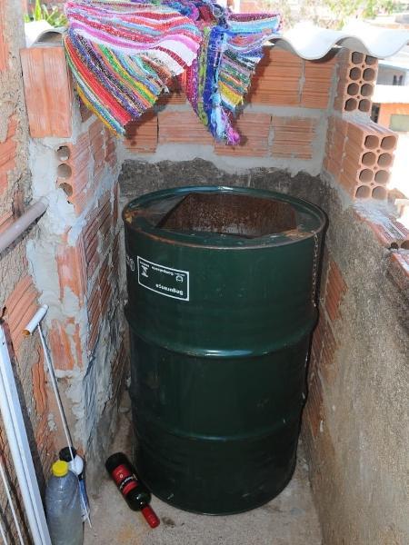 barril onde menino de 11 anos ficava em campinas 1613045082180 v2 450x600 - Laudo cita fartura de comida e corrente em casa onde menino ficou em barril