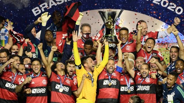 brasileirão - Campeão! Flamengo perde para o São Paulo, mas conta com tropeço do Internacional e celebra o título brasileiro