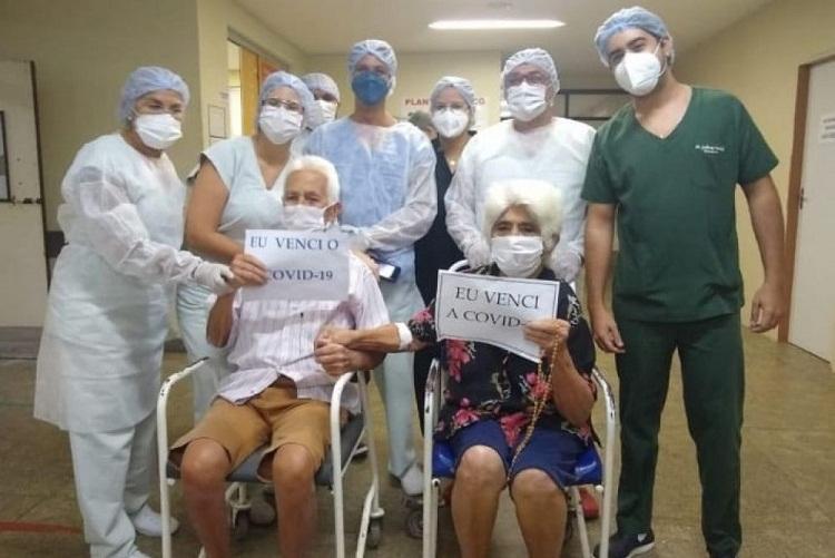 casal de idosos 1 - Casal de idosos vencem a covid-19 e recebem alta juntos, no Hospital Regional de Cajazeiras