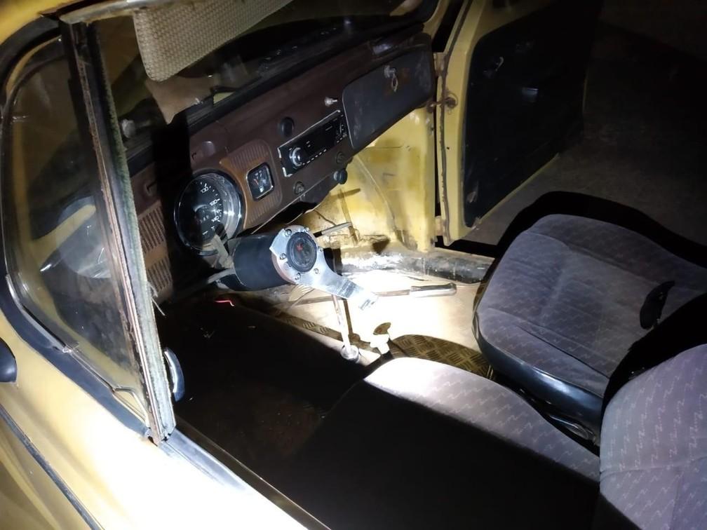 fusca - Homem sem CNH é preso ao ser flagrado embriagado dirigindo carro sem volante