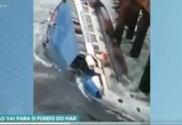 Barco com quatro pessoas a bordo naufraga e cena é toda gravada por testemunha