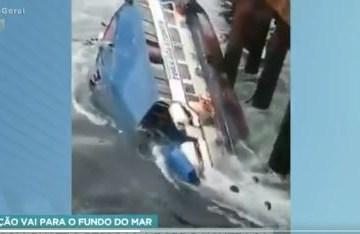 mar - Barco com quatro pessoas a bordo naufraga e cena é toda gravada por testemunha