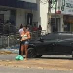 mulher pelada 1 - EM CAJAZEIRAS: Mulher fica pelada em frete a Caixa Econômica e grita em forma de protesto