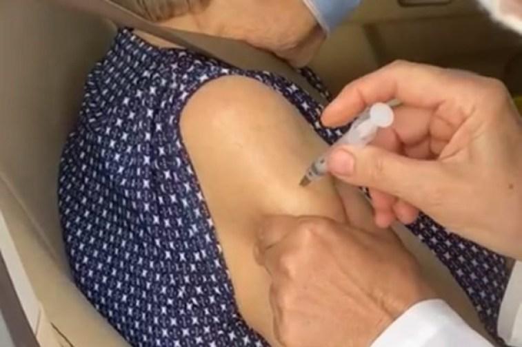vacina 1 - Filha percebe que enfermeira deixa de vacinar a mãe – VEJA VÍDEO