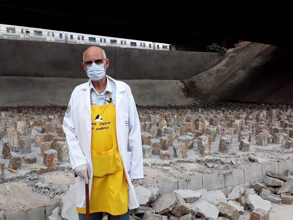 whatsapp image 2021 02 02 at 12.48.47 1  - Padre Júlio Lancelotti quebra a marretadas pedras instaladas pela Prefeitura sob viadutos de SP