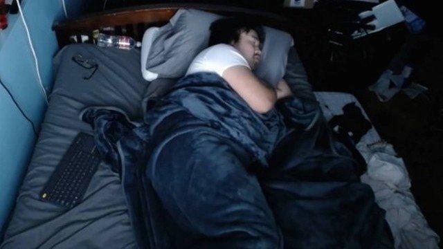 xblog andy sleep.jpg.pagespeed.ic .JvrC7NOYZ3 - Homem ganha até R$ 87 mil deixando que estranhos o acordem pela web - VEJA VÍDEO