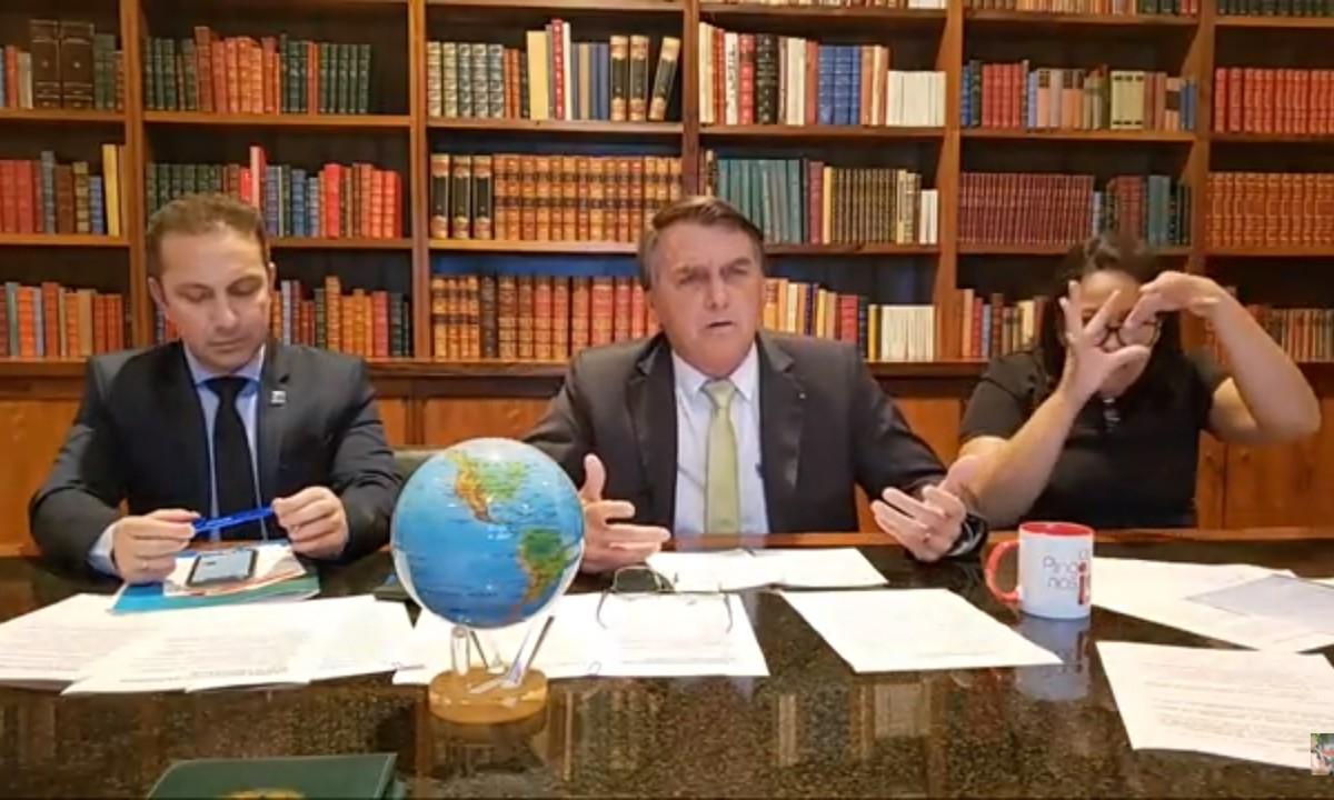 Bolsonaro Terraplanista - Em resposta a Lula, Bolsonaro faz live com globo terrestre em cima da mesa