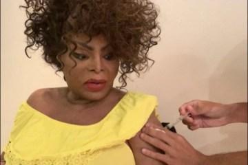 """Capturar 13 - Elza Soares recebe segunda dose da vacina contra a covid-19: """"Essa doeu! Não na carne, mas no peito"""""""