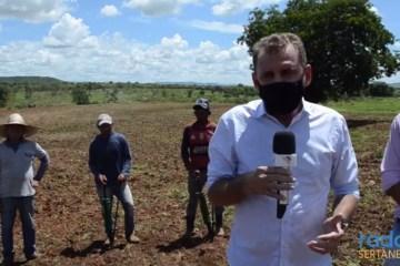 Prefeito Chico Mendes visita áreas rurais e destaca corte de terras que beneficiou cerca de 700 agricultores de São José de Piranhas