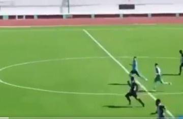 GOL - Gandula vê time sofrer contra-ataque, invade o campo e impede gol - VEJA VÍDEO