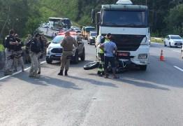 IMAGENS FORTES: Após bater em carreta, moto é arrastada por 32 quilômetros na BR-101 – VEJA VÍDEO