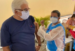 IMUNIZADO: Efraim Moraes toma a primeira dose da vacina contra a Covid-19 em João Pessoa