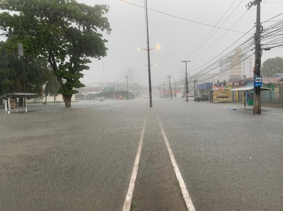 alagamento 3 - Fortes chuvas causam alagamentos em ruas de João Pessoa no início da manhã desta quinta (18) - VEJA LOCAIS