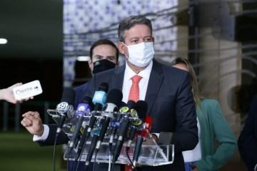 Arthur Lira anuncia que governo vai entregar 140 milhões de vacinas até maio