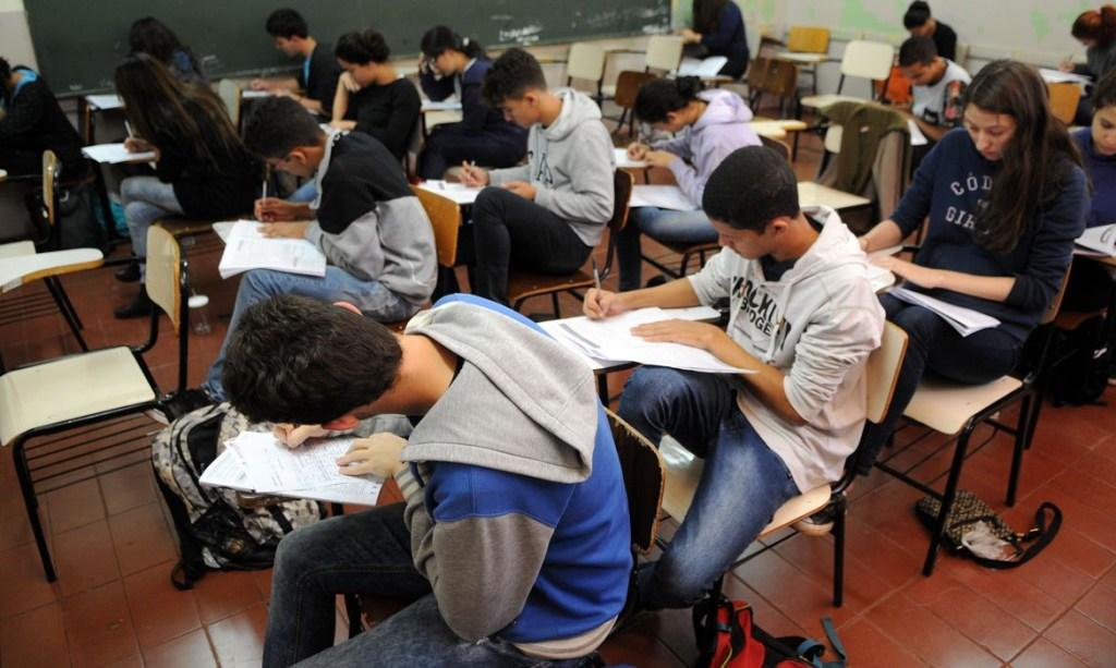estudantes simulado do enem brasilia 0707161048 1024x613 - Livro didático para o novo ensino médio deve ser escolhido até amanhã