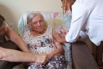 CORONAVAC: Mãe de Jair Bolsonaro recebe a segunda dose da vacina contra a Covid-19