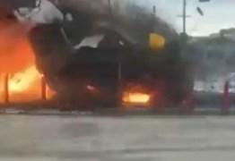 Caminhão fica preso nos trilhos e explode ao ser atingido por trem