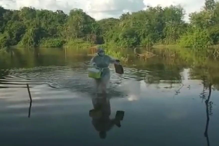 COVID-19: Enfermeira atravessa rio a pé para vacinar idosa na Paraíba