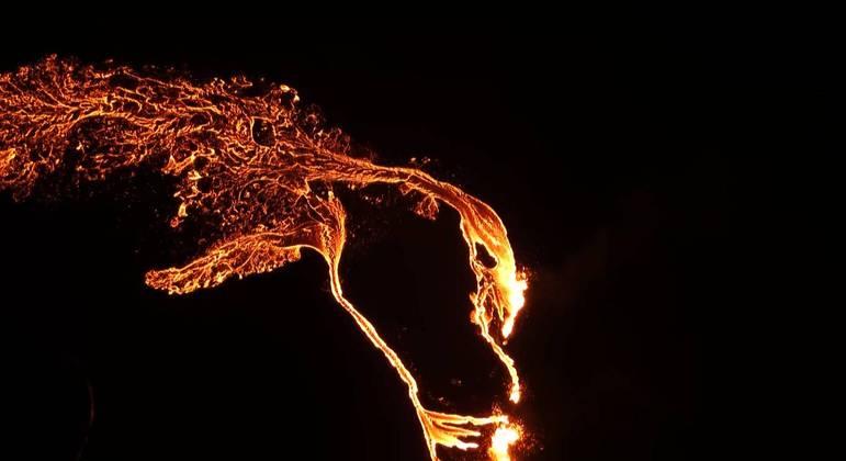 vulcao em erupcao na islandia 20032021102426100 - Vulcão desperta na Islândia após 800 anos de inatividade, imagens são impressionantes - VEJA