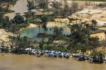 107250028 garimpo isa - Servidores do Ministério da Saúde vacinam garimpeiros contra Covid em troca de ouro, afirma líder Yanomami