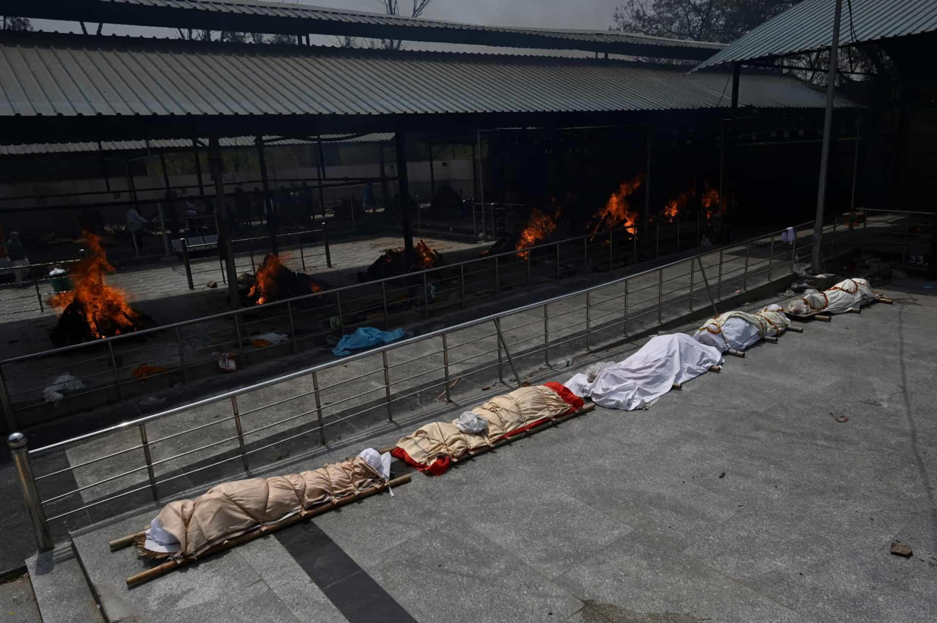 CREMADOS INDIA - Tragédia na Índia: pacientes morrem por falta de oxigênio e mortos são cremados ao ar livre - VEJA IMAGENS