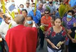 Padre retira máscara de fiel e pede para que outras pessoas façam o mesmo