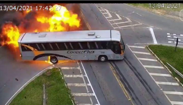 Capturartryf - Câmeras registram momento de acidente entre carro, ônibus e caminhão; uma pessoa morreu - VEJA VÍDEO