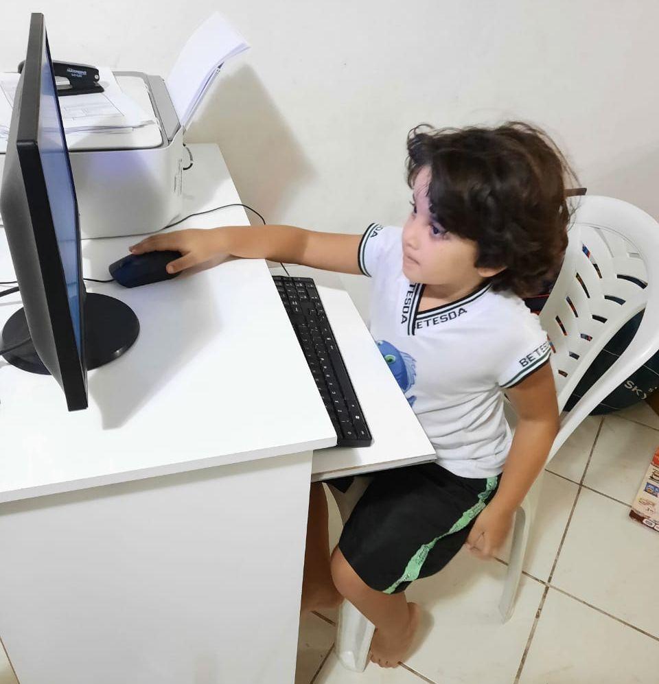 ENSINO REMOTO E PANDEMIA: comerciante relata desafios na educação de seu filho nos últimos meses