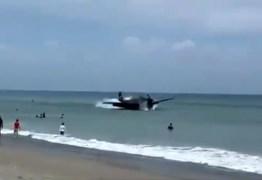 Após pane, avião da Segunda Guerra faz pouso no mar próximo a banhistas