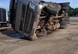Caminhão trazendo madeira de Minas Gerais tomba na BR-230,em Santa Rita