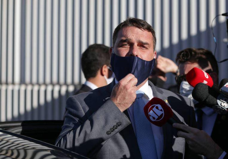 flávio - Dois celulares apreendidos com miliciano ligado a Flávio Bolsonaro estavam vazios, diz MP-RJ