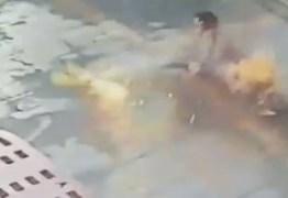 Homem corre em chamas após van onde ele estava pegar fogo – VEJA VÍDEO