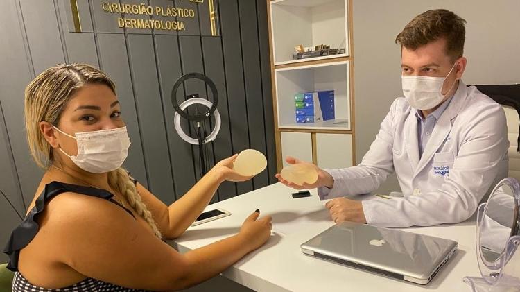 mulher file passa por cirurgia apos sofrer infeccao em protese de silicone 1619647598533 v2 750x421 - Mulher Filé tem alta após cirurgia em prótese de silicone e garante: 'Peito tá bem'