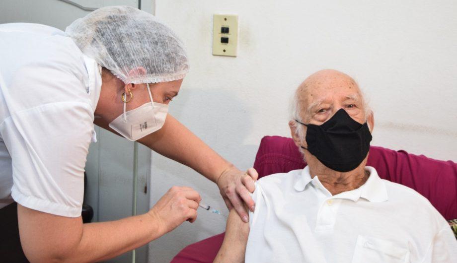 vacina idoso marcialeal 920x530 1 - Com cronograma atrasado, Campina Grande aplica 2ª dose da vacina contra Covid-19