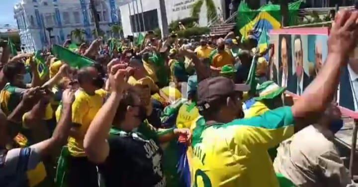 """18f5b00a 3ce9 4c01 99f2 6f47a780f5e7 - Em aglomeração, bolsonaristas fazem """"tomataço"""" contra imagens de ministros - VEJA VÍDEO"""