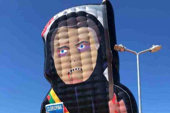 1 whatsapp image 2021 05 25 at 18 11 16 6675293 - 'CAPITÃO CLOROQUINA': Manifestantes erguem boneco inflável de Bolsonaro