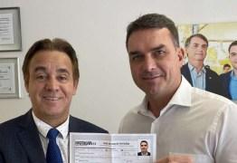 Em foto com presidente do Patriota, Flávio Bolsonaro expõe seus dados pessoais