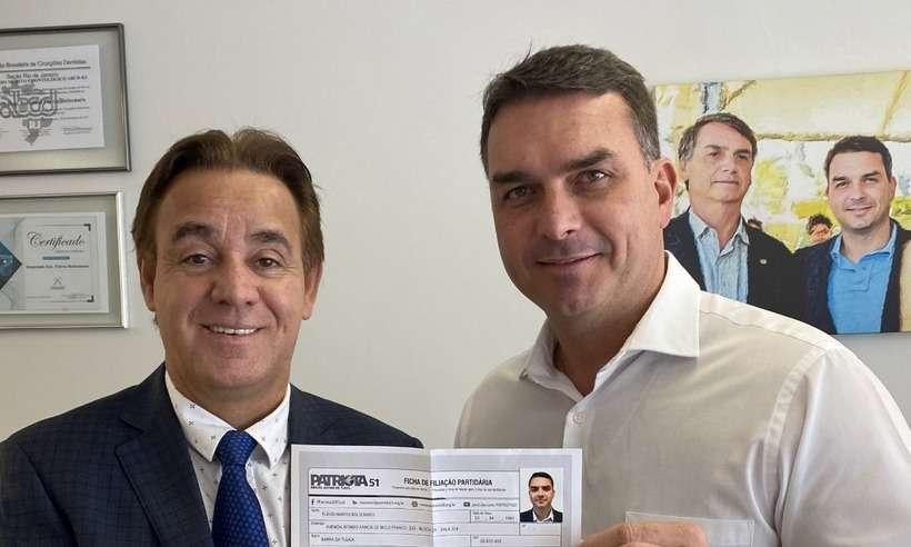 20210531153231548663e - Em foto com presidente do Patriota, Flávio Bolsonaro expõe seus dados pessoais
