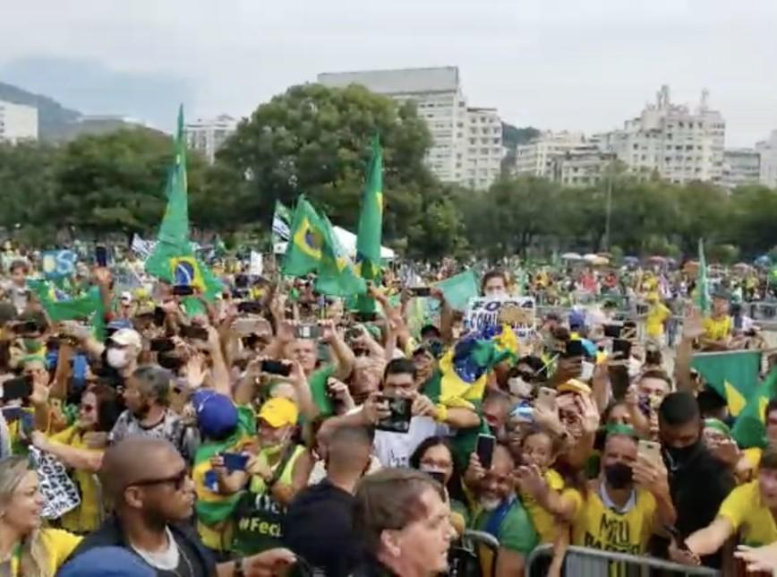 BOLSONARO 2 - Moradores do Rio fazem panelaço contra Bolsonaro, durante sua caminhada gerando aglomeração - VEJA VÍDEO