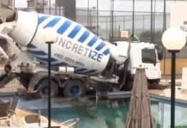 Caminhão desgovernado vai parar dentro de piscina de condomínio; VEJA VÍDEO