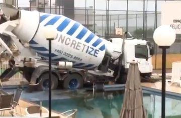 CAMINHAO DESGOVERNADO - Caminhão desgovernado vai parar dentro de piscina de condomínio; VEJA VÍDEO