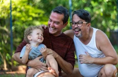 Pai Jose Barreto Jose Alexandre e Bernardo - Advogado paraibano lança livro com experiência de adoção homoafetiva e faz sucesso