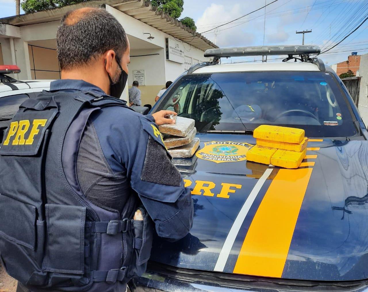 WhatsApp Image 2021 05 01 at 14.49.24 - AVALIADAS EM R$ 650 mil! PRF apreende oito quilos de cocaína e skunk, na região metropolitana de João Pessoa - VEJA VÍDEO
