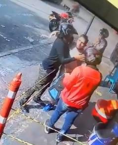 assalto 1 - INESPERADO! Assaltantes reconhecem vítima, desistem de assalto e o abraçam; VEJA VÍDEO