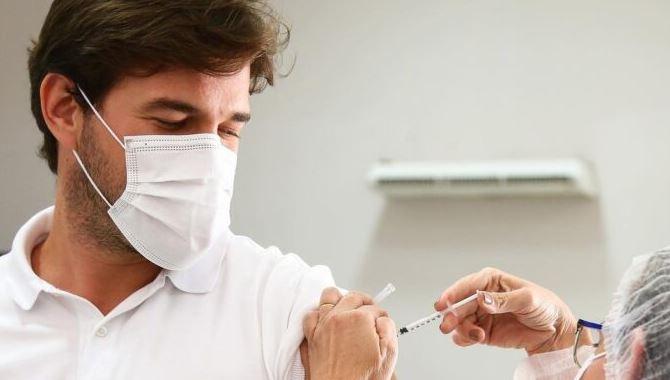 bcl - Prefeito Bruno Cunha Lima recebe primeira dose da vacina contra a Covid-19