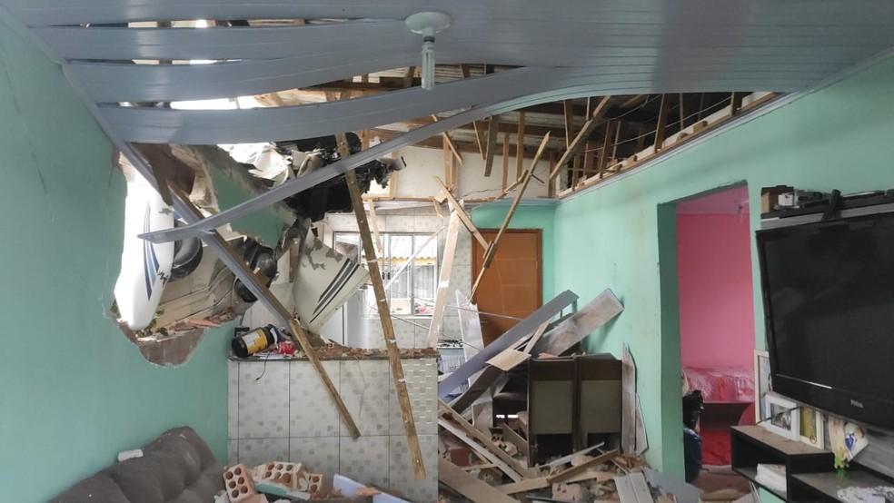 cai aviao - Avião de pequeno porte cai sobre casa e piloto de 77 anos sobrevive sem ferimentos graves, diz PM